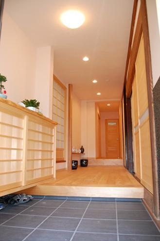 玄関:以前は土間の通路だった部分は玄関ホールに。各部屋への行き来が楽になりました。
