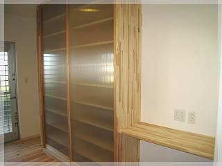キッチンの後ろには造り付けのカップボード、高さは天井まで、収納もバッチリです。
