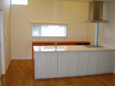 大きな空間を演出する吹き抜けのキッチン。天窓も配置され、明るさ、広さも十分。