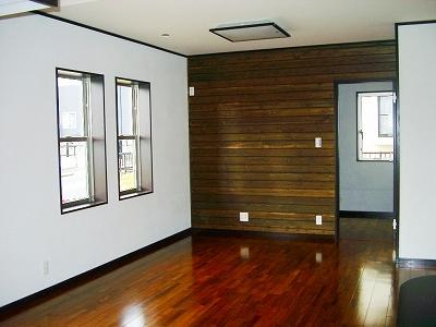 リビングの床には足の感触のやさしい無垢のフローリング。壁一面に木の節を活かした杉板を張り、室内に変化をもたらせます。