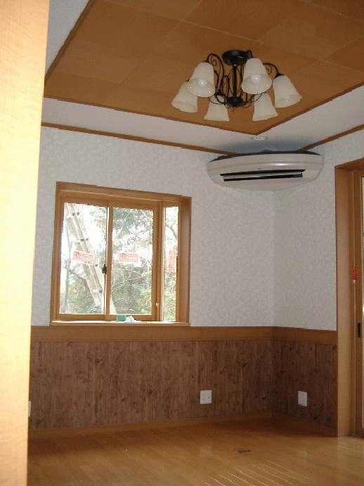 リビングです。天井の一部に彫り天井を採用しアクセントをつけ、腰壁にも木の温もりを入れることにより暖かく健康的な空間を演出。