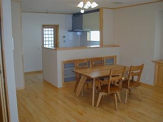 LDKは木の素材を活かしたやさしい風合いが安らぎの空間を演出。キッチンにも採光ようの窓をもうけ、部屋全体が明るい雰囲気に。