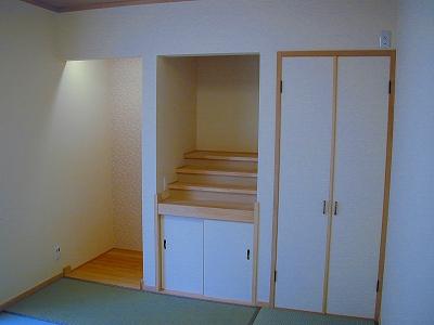 本格的な神棚をもうけた和室。床の間には、淡い桜色のクロスを使いやさしい空間に。