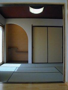 リビングに併設された趣のある和室。曲線の床の間に段違い棚が、安らぎの空間を演出。