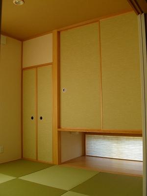 リビングから続く和室。淡い緑色で統一され、心が和むやさしい雰囲気に。採光用の小窓からやさしい光が。