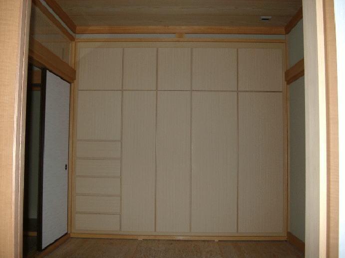 和室に設置した天井の高さまでの造り付収納です。洋服や布団もしっかり収納できます。