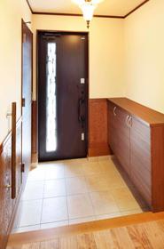 玄関には、靴のまま入ることができる玄関収納を設計(写真左手)。傘やブーツ、スポーツ、アウトドア用品などを片付ける場所として重宝します。