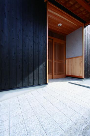 木組みの玄関庇など、職人技が冴えます