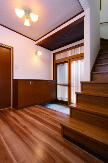 玄関は照明でモダンな雰囲気も演出