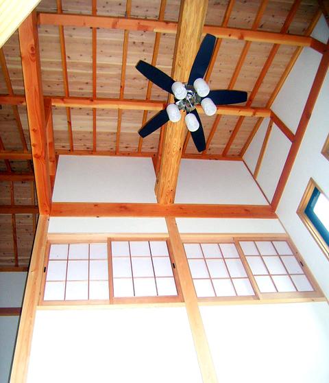【居間上部吹抜】 化粧屋根裏が見えます。