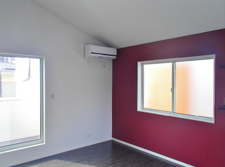 床とポイントクロスの色がバシッとはまりました!天井の形状や窓のバランス等、実際にその空間にいると分かる絶妙さ。写真ではすべては伝わりません。。