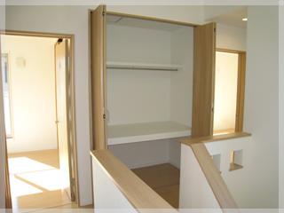 2階の階段上ホールにも収納スペースを設置。