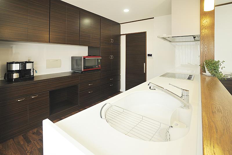 キッチンから脱衣につながる導線は便利。背面収納も手作り。