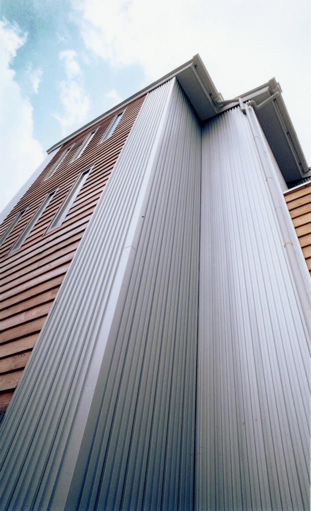 1階は事務所として利用される併用住宅。