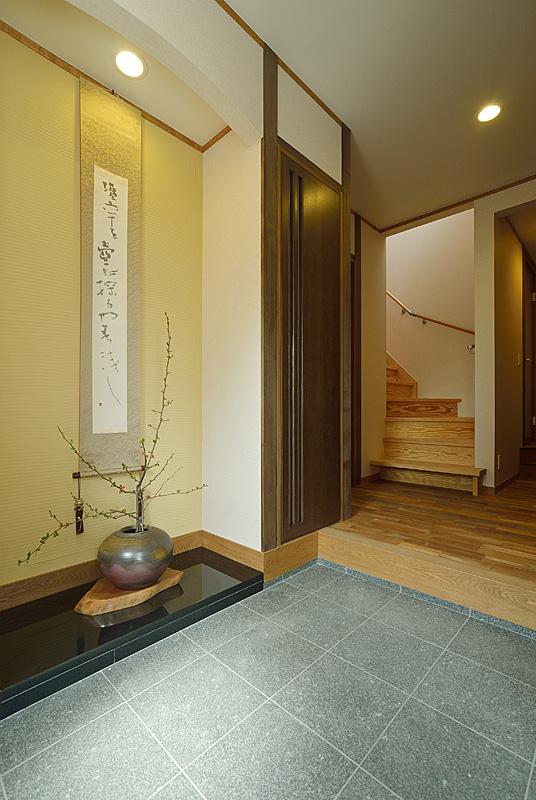 玄関を開けると、御影石貼りの床の間がお出迎え。
