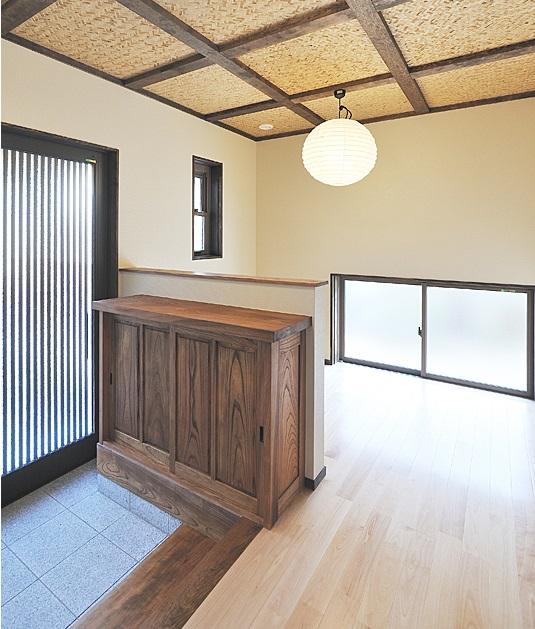 玄関ホールには来客用のテーブルと椅子が置けるスペースを。
