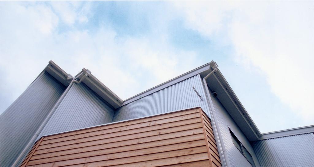 外壁の一部に木製の板を貼り温かみをプラス。