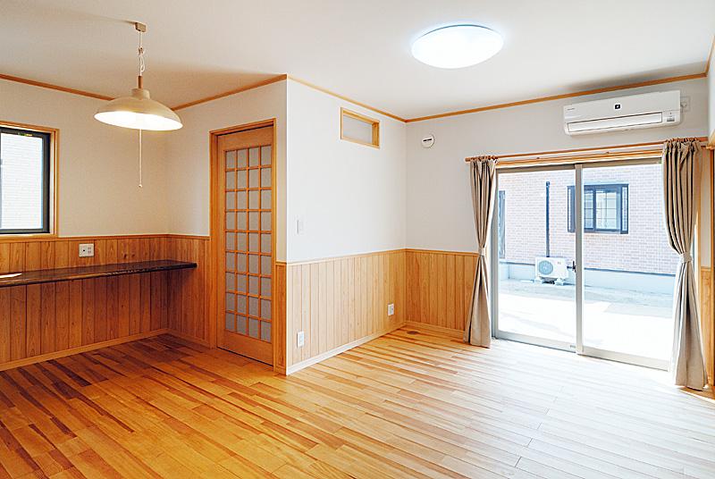 床は松の無垢フローリング材、腰壁はヒノキの無垢材。