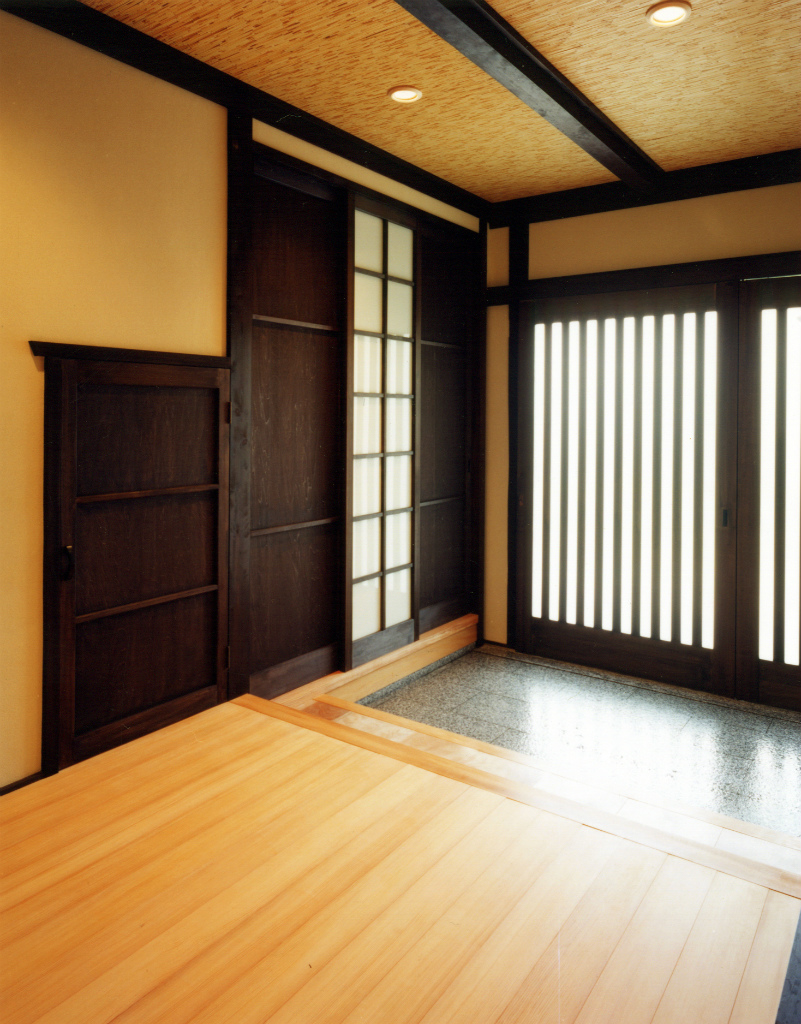 玄関ホールの床は以前からあった桜材を削りなおして再利用。