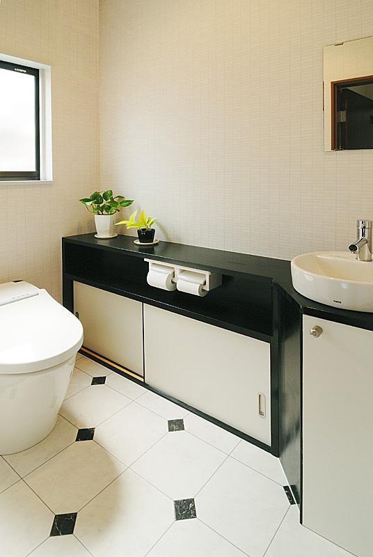 トイレは広くし、収納と手洗いを設置。カウンターは職人の手作り。