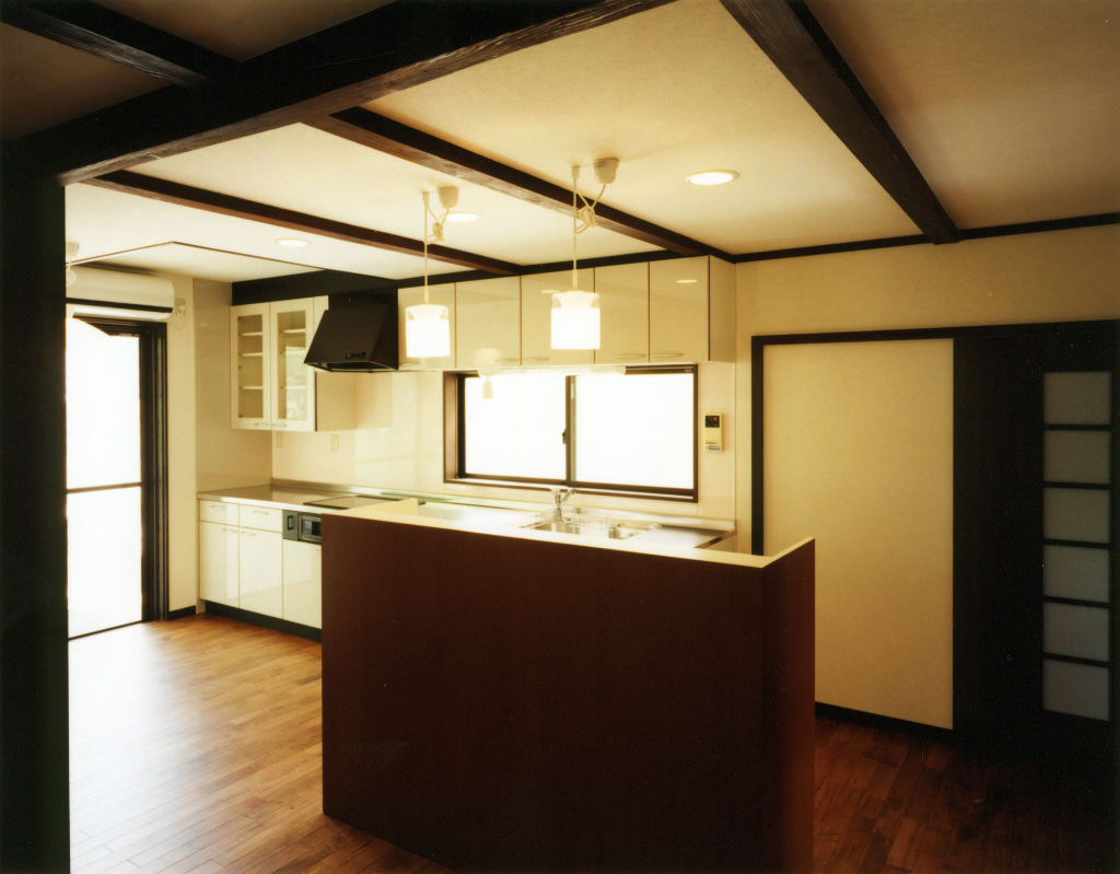 キッチンの床は楓を古材風に塗装したもの。