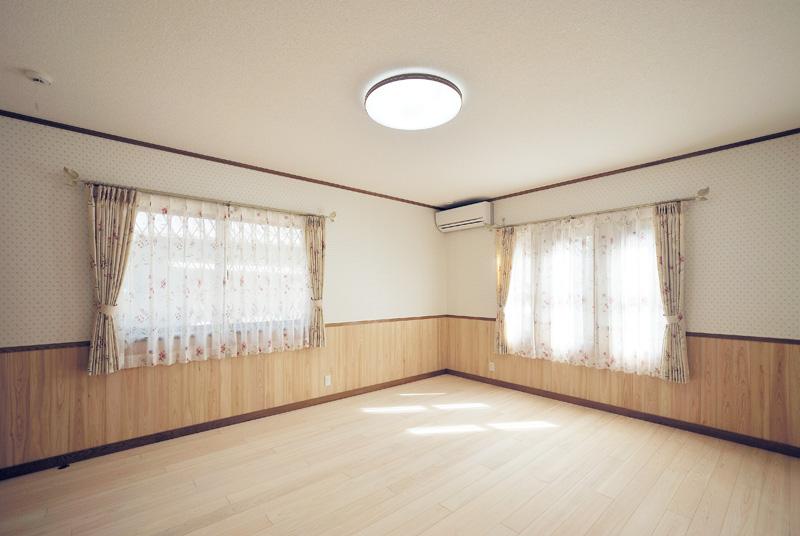 洋室の床・腰壁はヒノキ。