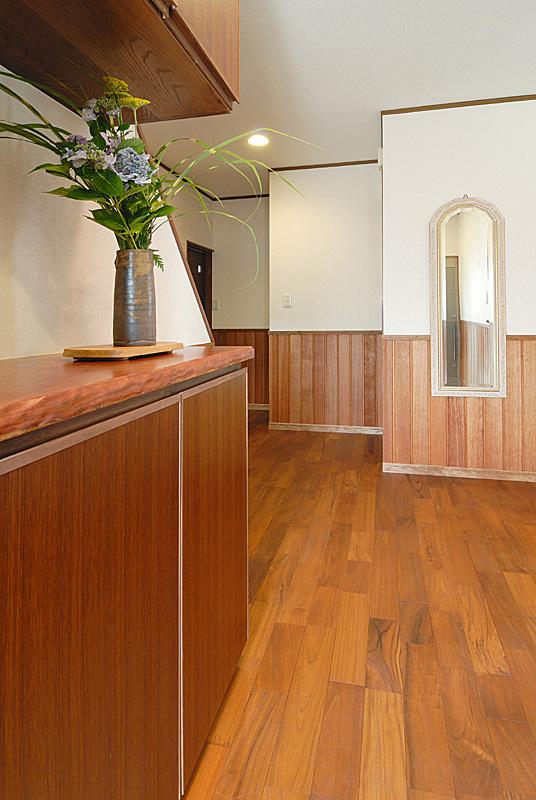 玄関ホールの床・腰壁もチーク。靴箱は職人の手作り。
