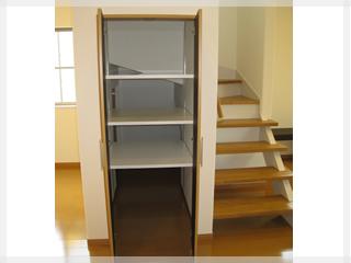 【収納棚】階段下のスペースも有効活用。