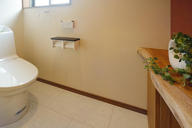 ケヤキの一枚板で出来たトイレ用カウンター。