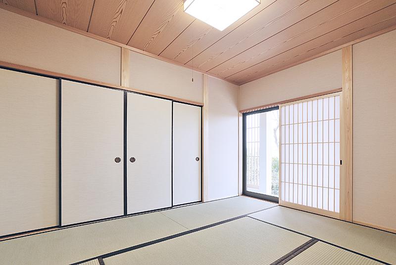 LDKから続く和室は建具を空けると大空間に。