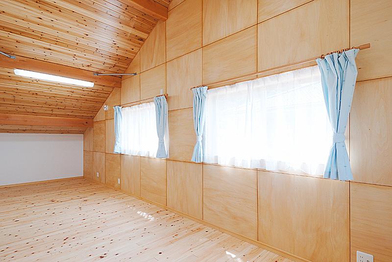 子ども部屋は屋根なりの天井で伸びやかな空間に。