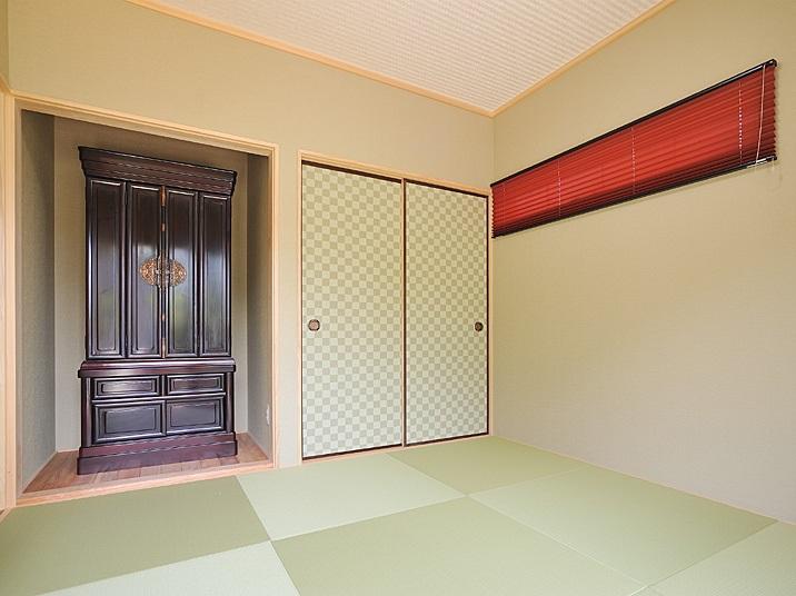 増築した和室は琉球畳とビビットカラーのスクリーンでモダンに。