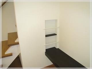 【ニッチ】テレビ台横の壁には本棚にもなる棚を設置。インテリアの幅が広がります。