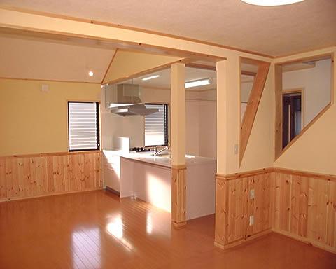 【キッチン・居間】 腰板はパイン材を使用。 天然素材を使用したため、冬場の温度差による結露が全くありませんでした。