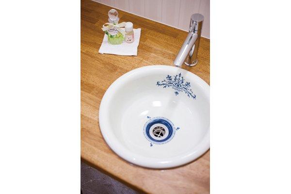トイレにはキュートな手洗いボール。実はタオル掛と照明スイッチ枠とおそろい
