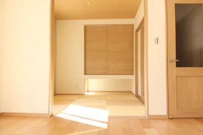 和室 広く見せるために収納の下部がオープンになっています。