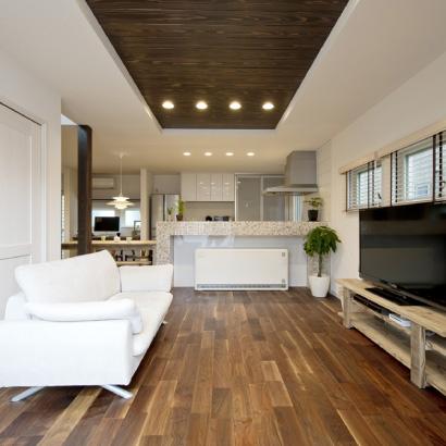 床にはウォールナットの無垢材を採用し、折上天井とダウンライトでモダンな空間を演出しています