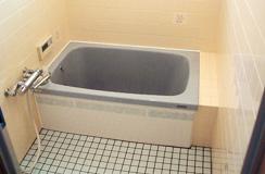 タイルや浴槽に汚れ、浮きなどの劣化が目立っていました。タイルを全て張替え、浴槽も汚れが付きにくいものに取り替えました。同時に、給水栓(湯水混合)も取り替えています。