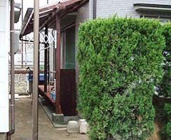 このお住まいの反対側はJR線が通っており、屋外で洗濯物を干すことが難しいとの事で、スペースを有効活用することで、物干し台としても使えるミニウッドデッキを制作しました。