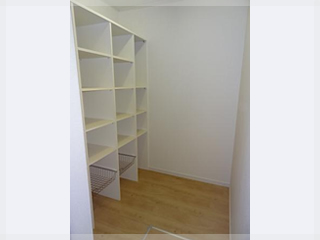 【パントリー】キッチンの後ろには2帖の食品庫。可動棚を設置し、食品や食器なども収納できますよ。