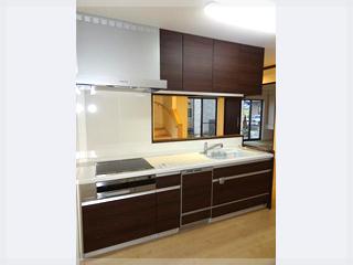 【キッチン】キッチンも建具の色に合わせダークカラーをチョイス!吊戸棚も設置し収納力アップ!