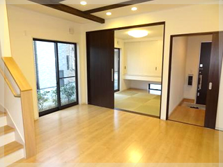 【LDK】16帖のLDKと隣の部屋には4.5帖の和室部屋を梁の色も建具に合わせ統一感のあるお部屋に!
