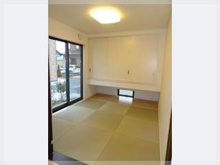 【和室】建具は白系にし、吊押入の下からは採光を取り入れ明るい和室部屋に!
