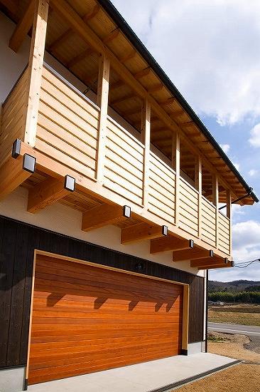 木製バルコニーとガレージ
