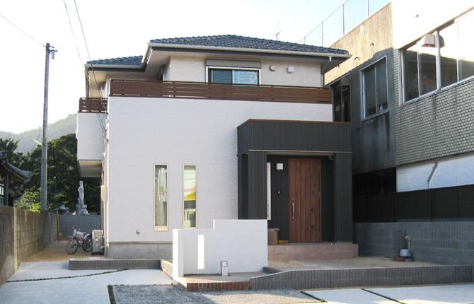 髙山産業株式会社『20帖大リビングを中心に長細い敷地に建つ4LDKモダン』
