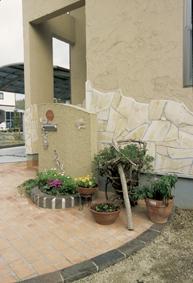 イタリック調の塗壁と自然石が南欧の風を運んできそうです。