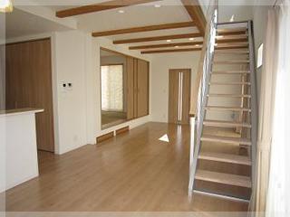 【リビング階段】蹴込み板がなく、開放的な空間になるデザイン階段。