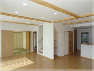 【LDK】24.5帖のLDKと隣の部屋は6帖の和室。梁を見せることでより広々とした空間に!