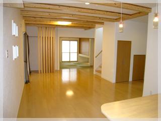 【LDK】キッチンから見た26帖の開放的なLDK!奥は6帖の和室とつながっています。