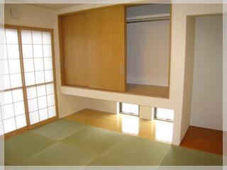 【和室】吊り押し入れにして下から採光を取り入れています。